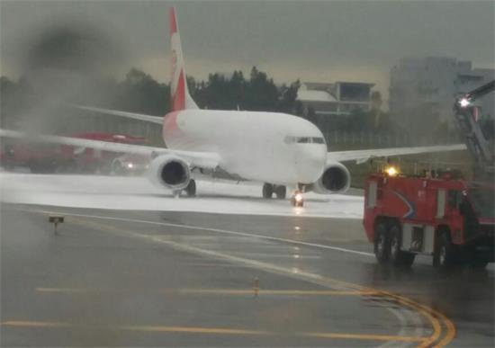 Cứu hỏa... nhầm máy bay, gây thiệt hại hàng trăm tỷ đồng - Ảnh 1.