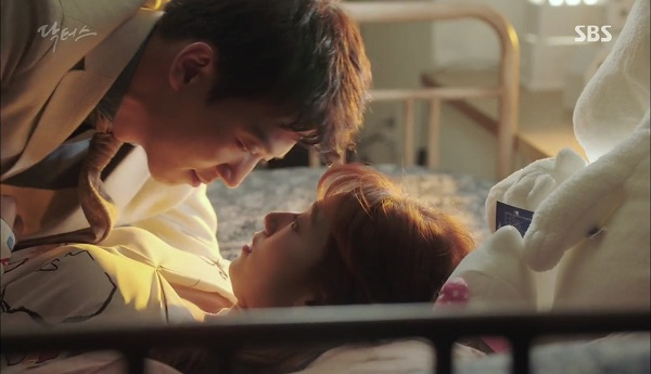 """""""Doctors"""": Tí nữa thôi, Kim Rae Won – Park Shin Hye đã có cảnh giường chiếu"""