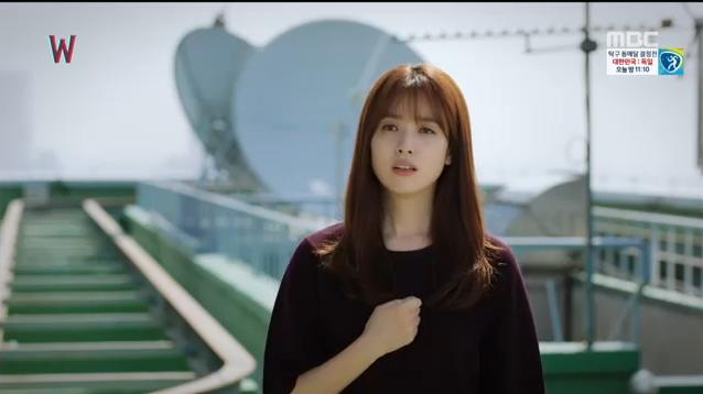 W - Two Worlds: Tự tử quá nhiều, Lee Jong Suk quên mất cả vợ Hyo Joo? - Ảnh 2.