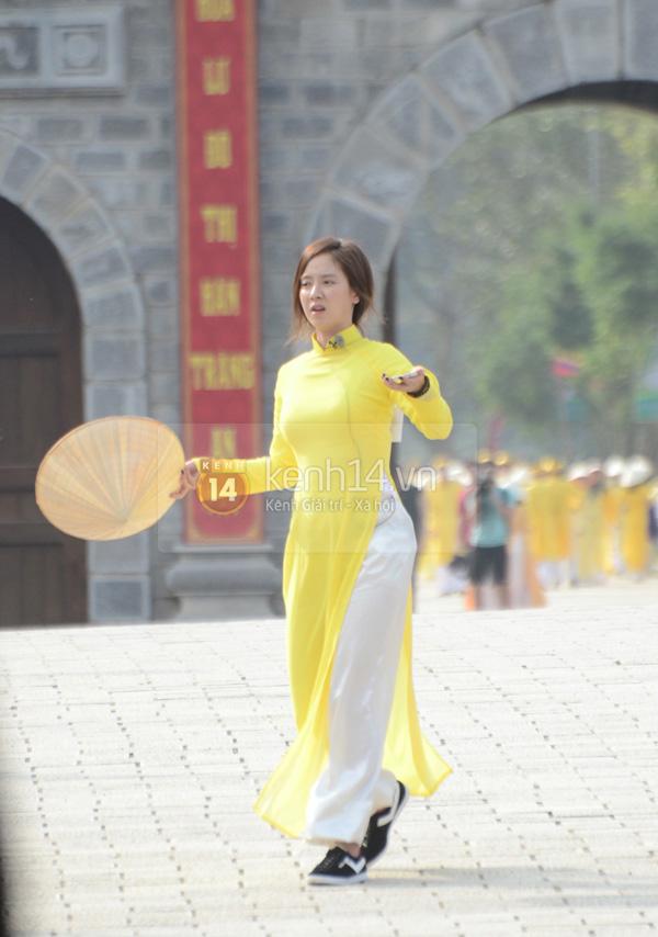 Ngắm các mỹ nhân thế giới đẹp dịu dàng trong tà áo dài Việt Nam - Ảnh 8.
