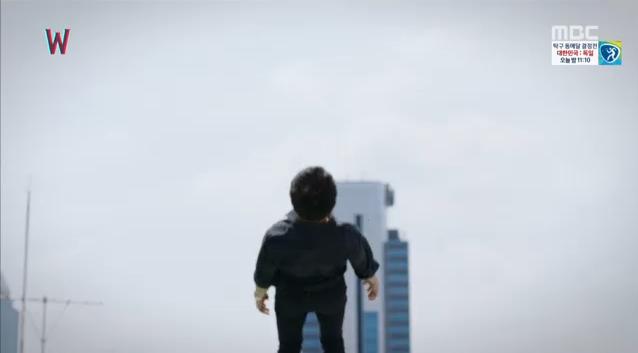 W - Two Worlds: Tự tử quá nhiều, Lee Jong Suk quên mất cả vợ Hyo Joo? - Ảnh 4.