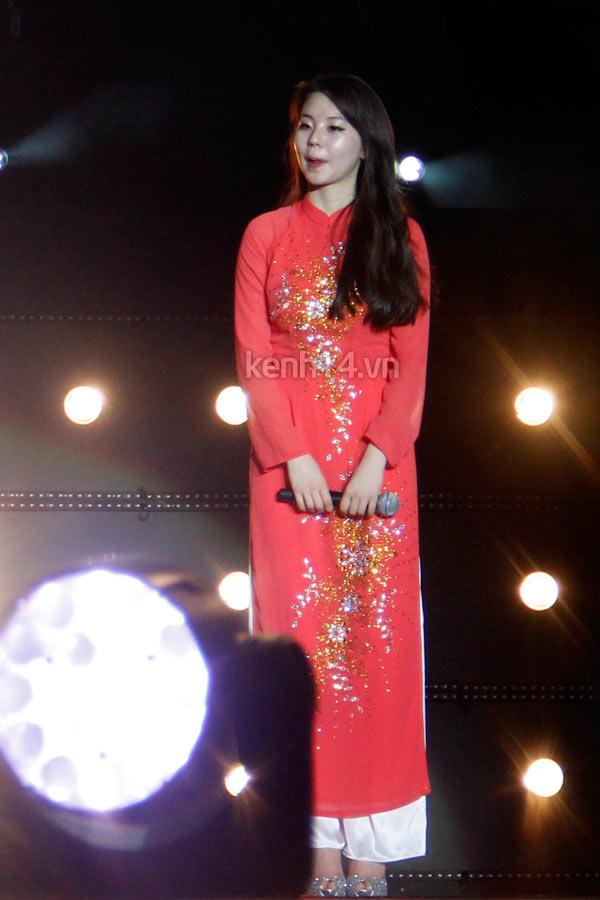 Ngắm các mỹ nhân thế giới đẹp dịu dàng trong tà áo dài Việt Nam - Ảnh 9.