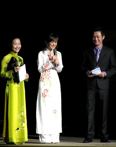 Ngắm các mỹ nhân thế giới đẹp dịu dàng trong tà áo dài Việt Nam - Ảnh 12.