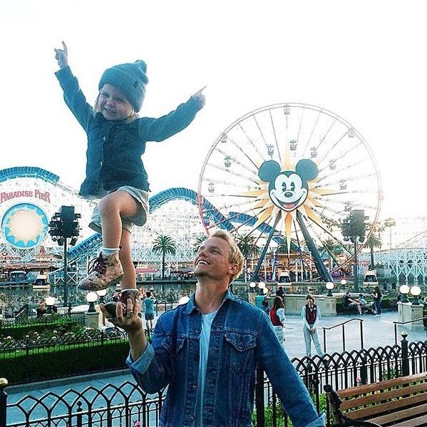 Bạn sẽ thấy vui vẻ hơn bao giờ hết khi xem bộ ảnh bố đưa con đi chơi công viên siêu đáng yêu này! - Ảnh 1.