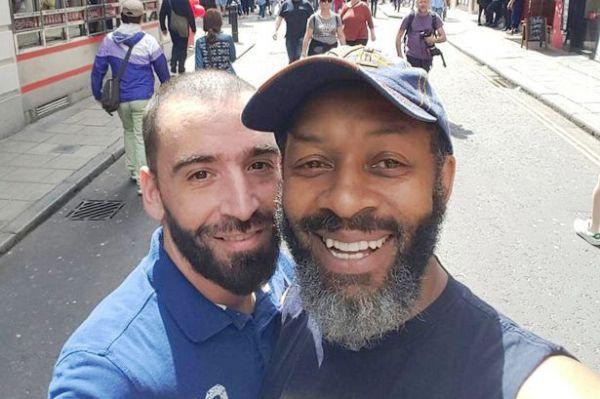 Cặp đôi nam bị đuổi khỏi xe buýt vì là người đồng tính - Ảnh 1.