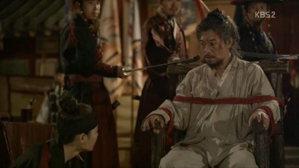 """Moonlight: """"Chô-ha"""" Park Bo Gum bị cận thần bất ngờ kề dao vào cổ - Ảnh 1."""