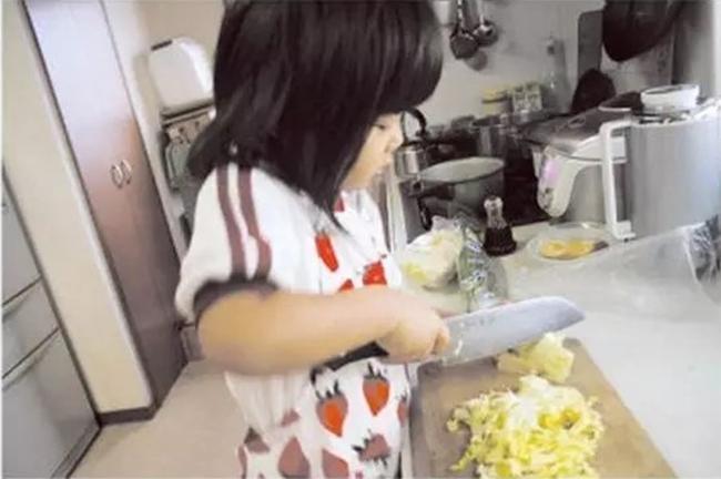 Cô bé 4 tuổi bị mẹ ép phải làm mọi việc nhà và nguyên nhân phía sau sẽ khiến bạn rơi lệ - Ảnh 6.