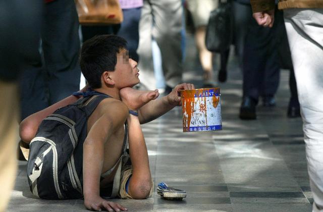 Phát hiện một băng nhóm Trung Quốc chuyên bắt cóc trẻ em, bẻ gãy tay chân rồi bắt đi ăn xin - Ảnh 1.
