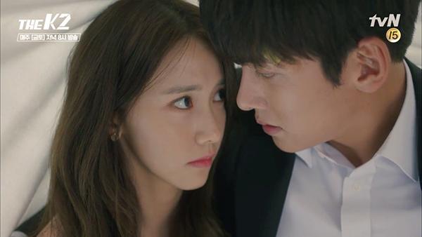 """""""K2"""": Dưới tấm vải, Yoona - Ji Chang Wook đã có nụ hôn nửa lén lút, nửa công khai"""