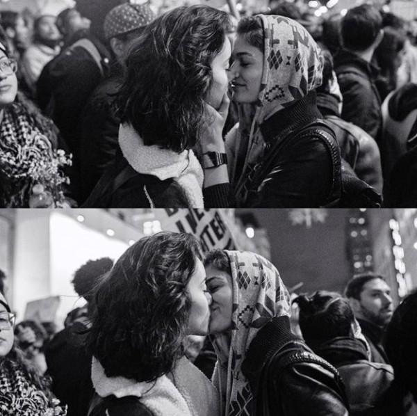 Nụ hôn của cặp đồng tính nữ giữa đường phố New York gây bão mạng xã hội - Ảnh 1.