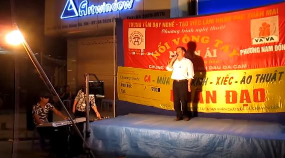 Clip: Người khuyết tật đang bị lợi dụng bởi các đoàn nghệ thuật nhân đạo ở Hà Nội? - Ảnh 2.