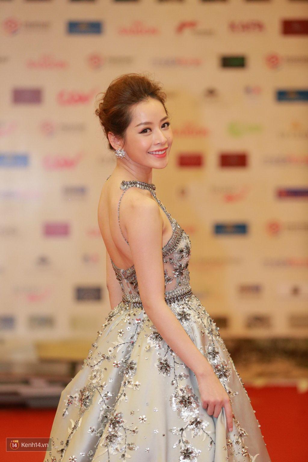 Angela Phương Trinh hở bạo, tự tin đọ vẻ sexy với dàn sao nữ tại lễ khai mạc LHP Quốc tế Hà Nội