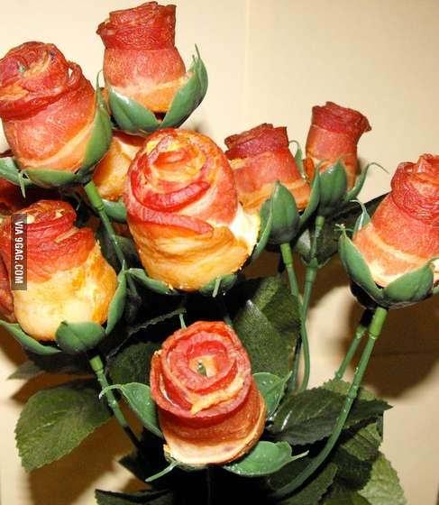 Hoa hồng ư, xưa rồi! Lãng mạn là phải tặng nhau hoa... thịt xông khói cơ! - Ảnh 1.