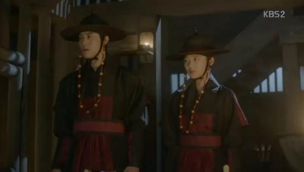 """Moonlight: """"Chô-ha"""" Park Bo Gum bị cận thần bất ngờ kề dao vào cổ - Ảnh 14."""