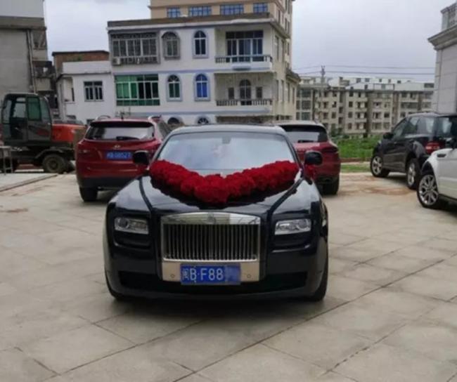 Đám cưới nhà giàu toàn Rolls-Royce siêu sang, cô dâu cổ đeo trĩu vàng - Ảnh 9.