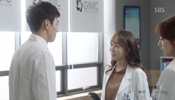 """""""Doctors"""": Xem kìa, Park Shin Hye cuối cùng đã biết ghen!"""