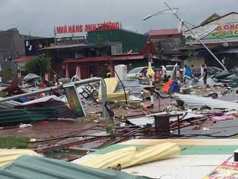 Clip vòi rồng thổi bay hàng chục mái nhà ở thành phố Bắc Ninh - Ảnh 5.