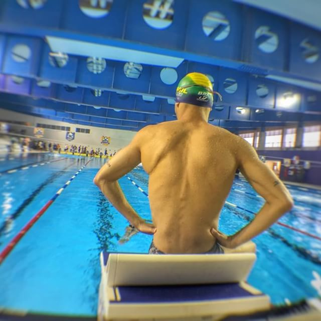 nadador sendo na piscina antes da prova