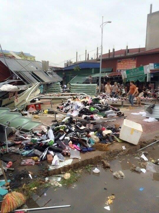 Clip vòi rồng thổi bay hàng chục mái nhà ở thành phố Bắc Ninh - Ảnh 6.