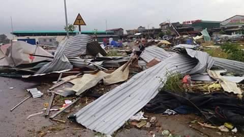 Clip vòi rồng thổi bay hàng chục mái nhà ở thành phố Bắc Ninh - Ảnh 8.