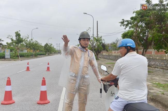 Người dân Nam Định gia cố nhà cửa, đắp bao tải cát trước nhà ứng phó với bão số 3 - Ảnh 4.