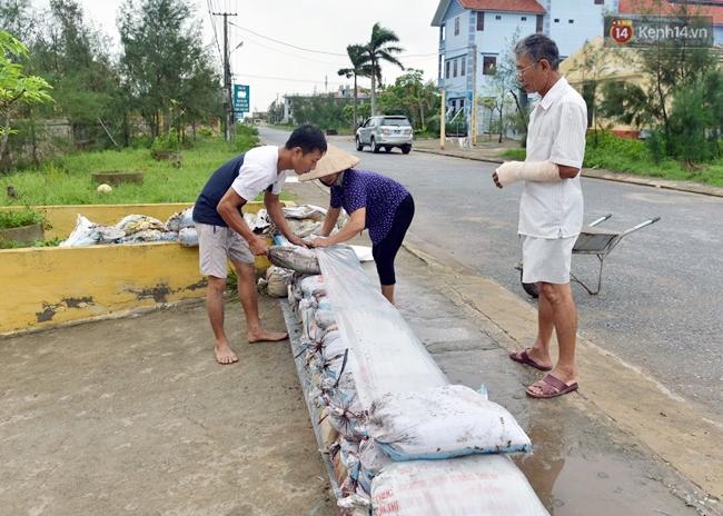 Người dân Nam Định gia cố nhà cửa, đắp bao tải cát trước nhà ứng phó với bão số 3 - Ảnh 1.