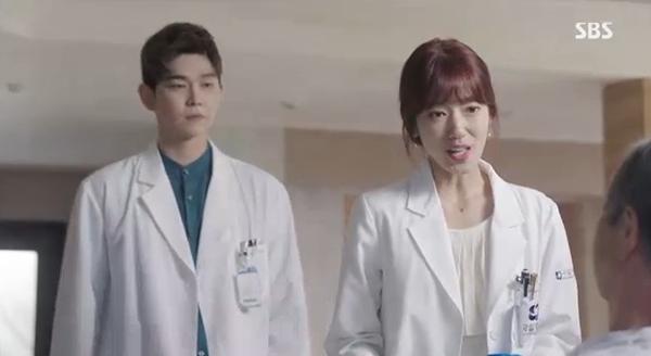 Doctors: Ngày Lee Sung Kyung chơi đểu Park Shin Hye cuối cùng cũng đến - Ảnh 9.