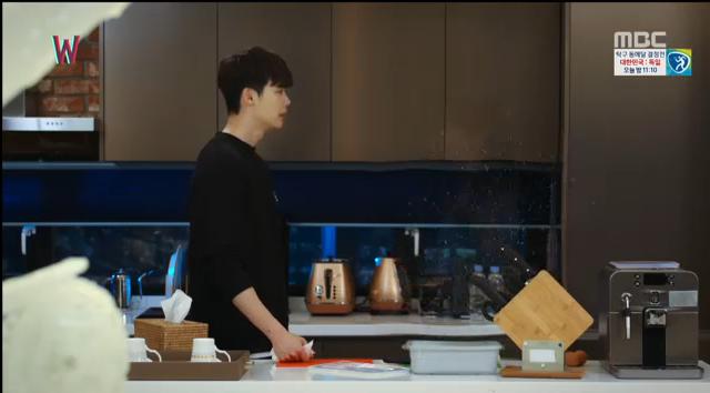 W - Two Worlds: Tự tử quá nhiều, Lee Jong Suk quên mất cả vợ Hyo Joo? - Ảnh 17.
