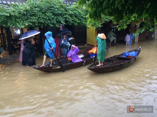 Hội An ngập trong nước lũ, dịch vụ chèo thuyền ngắm phố cổ hút khách - Ảnh 5.