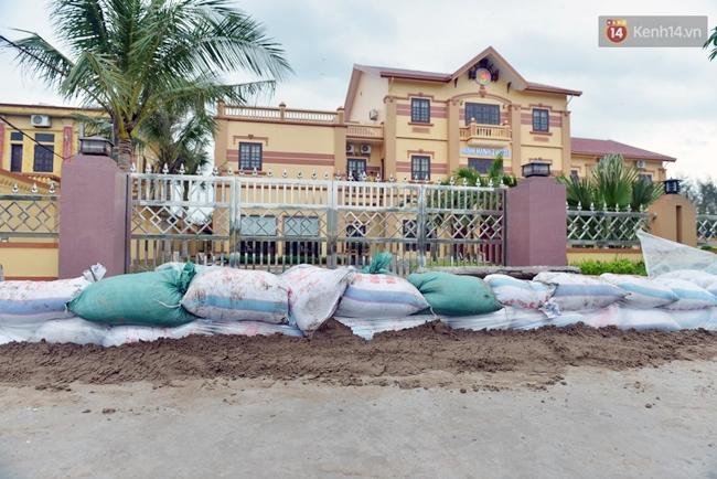 Người dân Nam Định gia cố nhà cửa, đắp bao tải cát trước nhà ứng phó với bão số 3 - Ảnh 2.