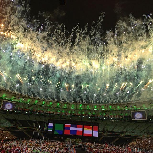 Queima de fogos da festa de cerimônia de encerramento dos jogos paralímpicos do Rio2016. Nas cores amarela e branco, no segundo plano no céu carregado de nuvens escuras.