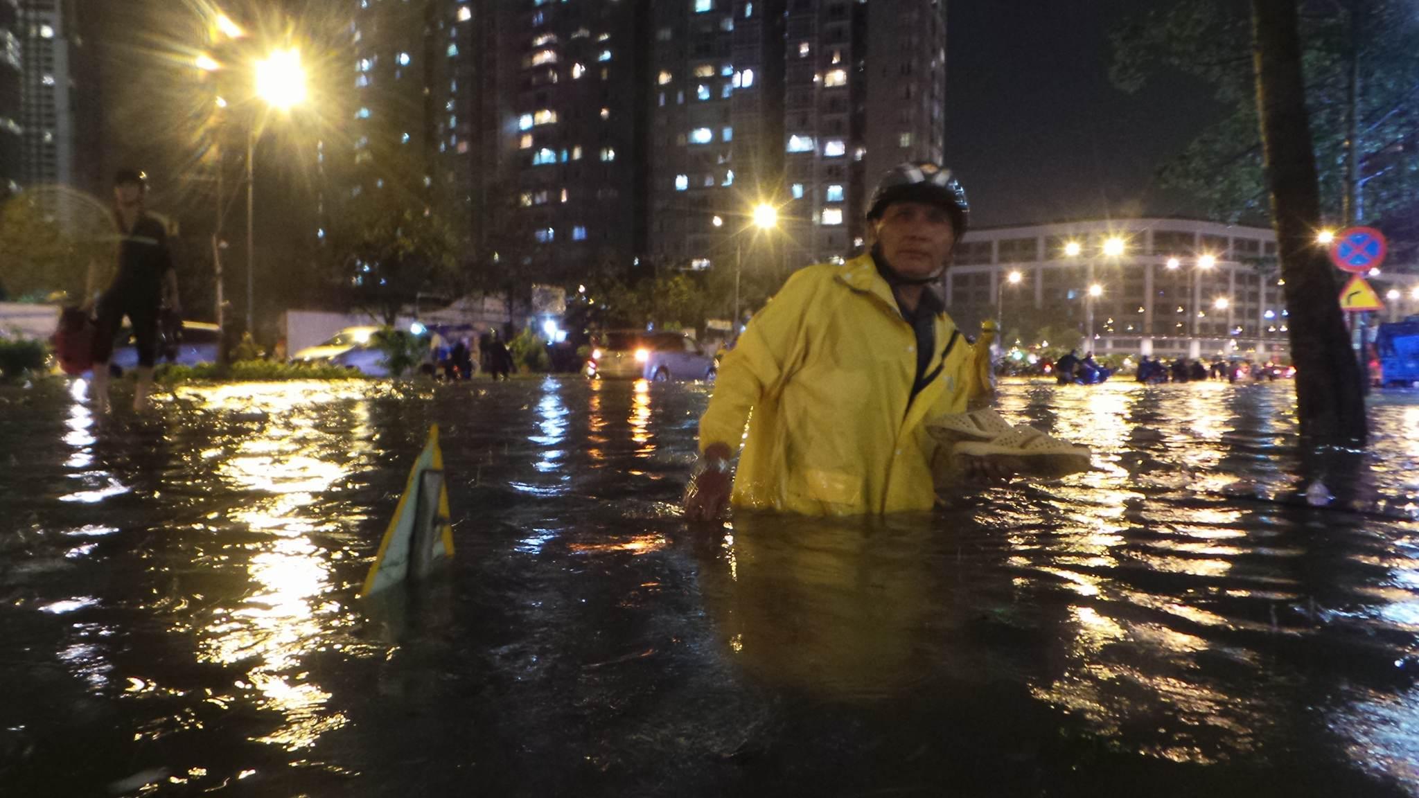 Những hình ảnh khó quên với người Sài Gòn trong trận mưa lịch sử ngày 26