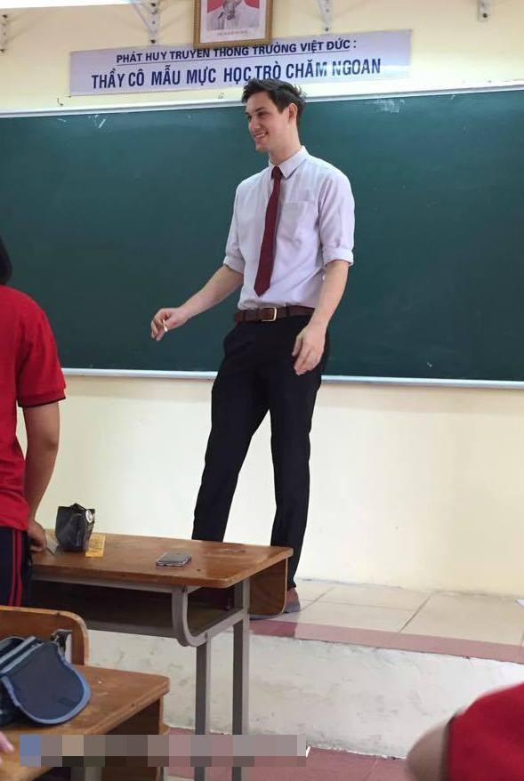 Thêm một thầy giáo Tây khiến HS xuýt xoa: Thế này thì học cả đời em cũng chịu! - Ảnh 2.