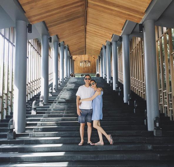 Hạnh phúc giản đơn của Hà Tăng: chồng chụp ảnh cho vợ, vợ trìu mến nhìn chồng cười thật tươi! - Ảnh 2.