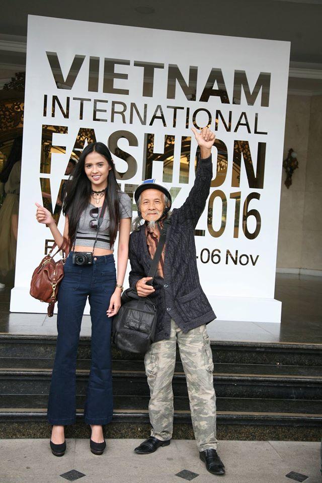 Nhân vật đặc biệt nhất Vietnam International Fashion Week: 82 tuổi vẫn chụp street style nhiệt tình - Ảnh 18.