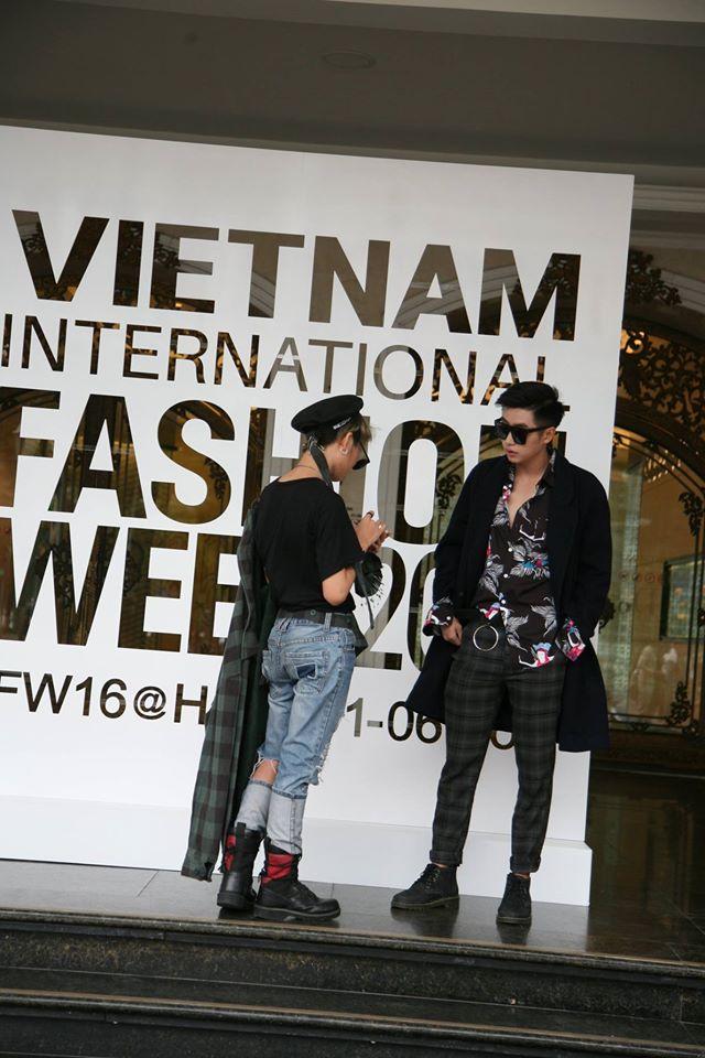 Nhân vật đặc biệt nhất Vietnam International Fashion Week: 82 tuổi vẫn chụp street style nhiệt tình - Ảnh 12.