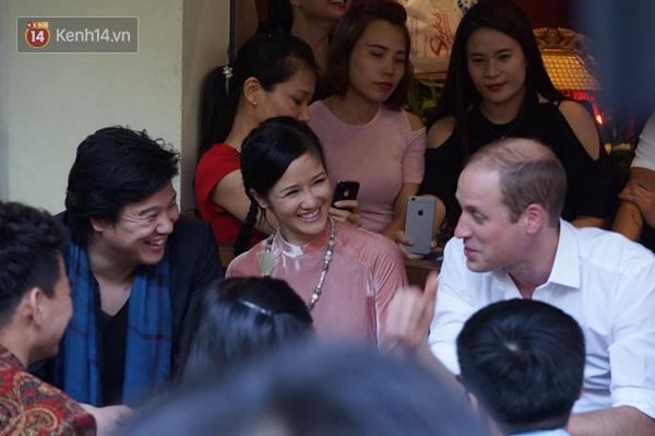 Hoàng tử Anh William ngồi vỉa hè uống cà phê phố cổ Hà Nội với Hồng Nhung, Thanh Bùi, Xuân Bắc - Ảnh 6.