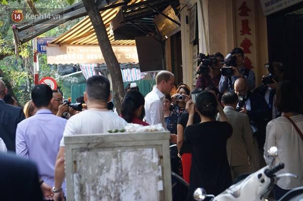 Hoàng tử Anh William ngồi vỉa hè uống cà phê phố cổ Hà Nội với Hồng Nhung, Thanh Bùi, Xuân Bắc - Ảnh 3.