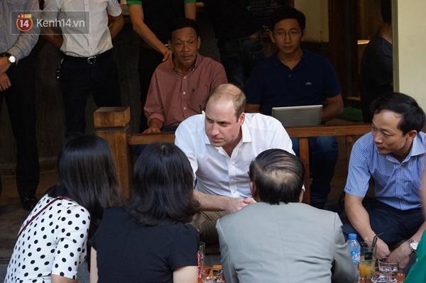 Hoàng tử Anh William ngồi vỉa hè uống cà phê phố cổ Hà Nội với Hồng Nhung, Thanh Bùi, Xuân Bắc - Ảnh 8.