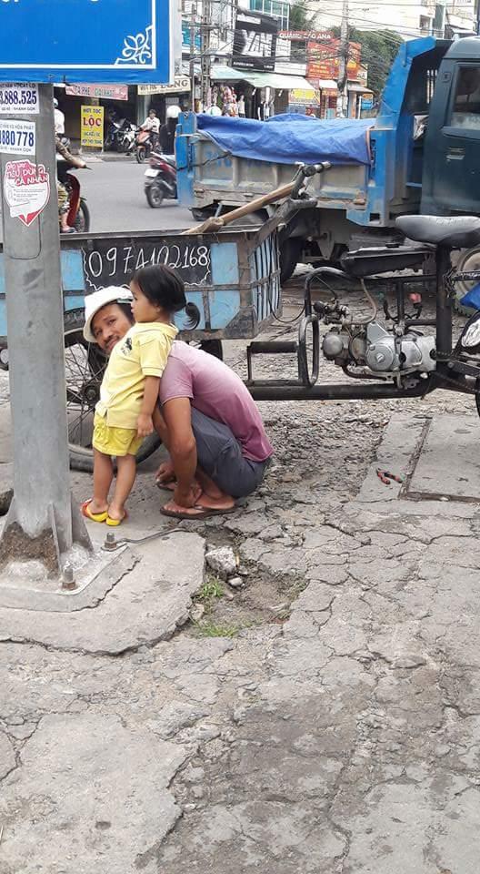 Hình ảnh đáng yêu nhất ngày: Người bố công nhân đứng tỉ mẩn cột tóc cho cô con gái nhỏ - Ảnh 3.