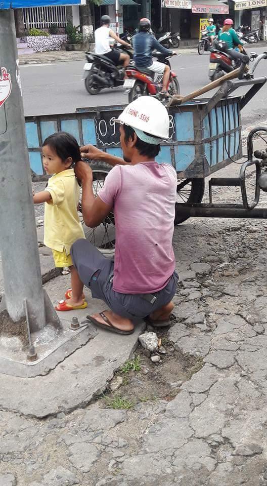 Hình ảnh đáng yêu nhất ngày: Người bố công nhân đứng tỉ mẩn cột tóc cho cô con gái nhỏ - Ảnh 2.