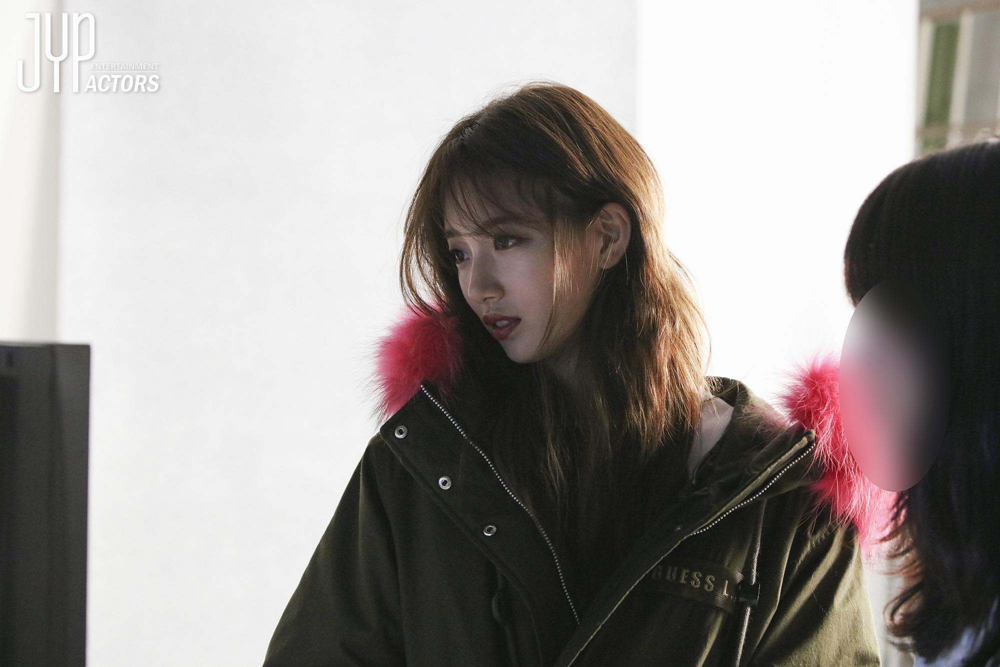 Suzy đẹp rạng ngời, lấp ló vòng một nảy nở trong loạt hình hậu trường chụp tạp chí