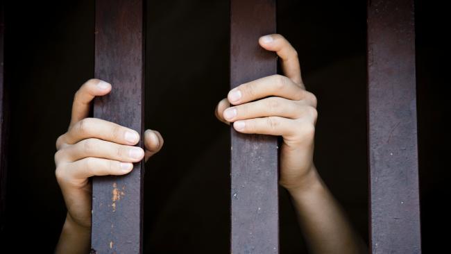 Ký ức kinh hoàng của cô gái chuyển giới bị bạn tù cưỡng hiếp hơn 2.000 lần trong suốt 4 năm - Ảnh 1.