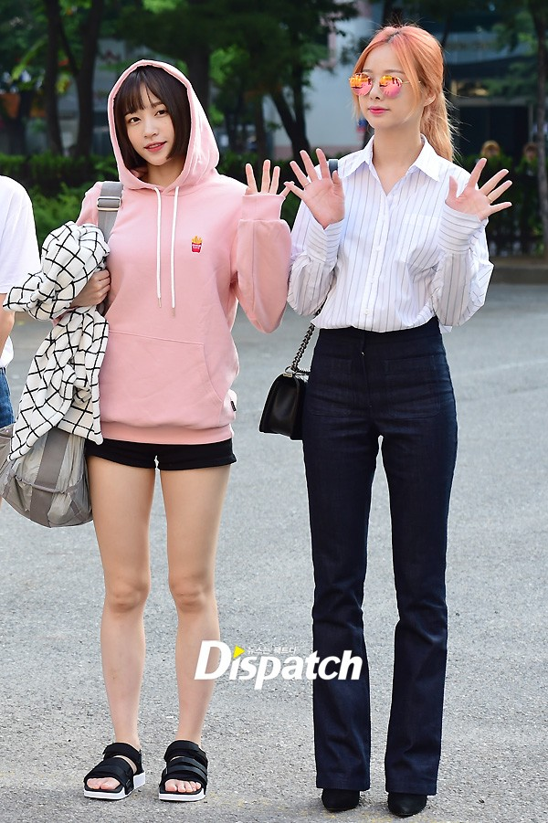 Tiffany (SNSD) cùng Hani (EXID) khoe chân nuột nà trắng ngần trước thềm Music Bank - Ảnh 7.