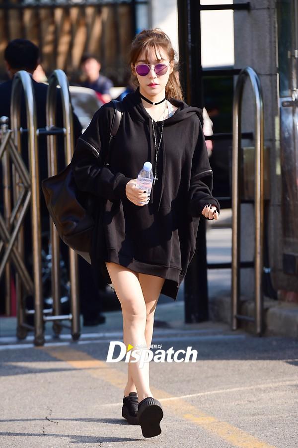 Tiffany (SNSD) cùng Hani (EXID) khoe chân nuột nà trắng ngần trước thềm Music Bank - Ảnh 1.