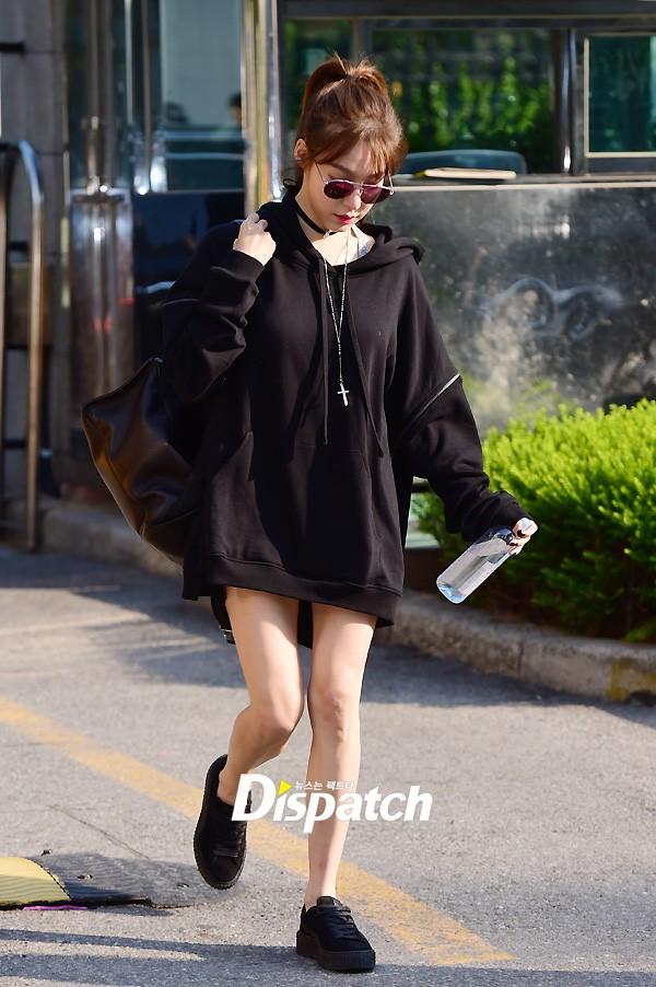 Tiffany (SNSD) cùng Hani (EXID) khoe chân nuột nà trắng ngần trước thềm Music Bank - Ảnh 2.