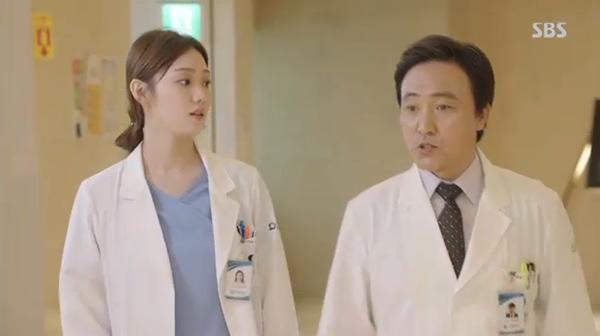 Doctors: Ngày Lee Sung Kyung chơi đểu Park Shin Hye cuối cùng cũng đến - Ảnh 3.