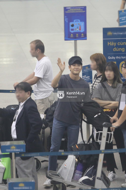 Kang Tae Oh thay đồ ngay trên xe khi ra sân bay, vẫy tay chào fan Việt trở về Hàn ngay trong đêm
