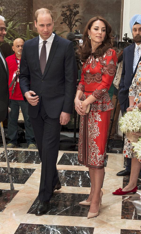 Công nương Kate chi hơn 1 tỉ VNĐ cho 17 bộ đồ trong tuần công du - Ảnh 2.
