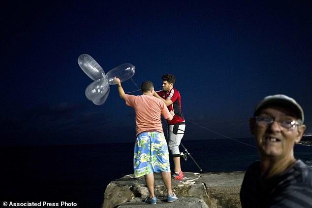 Trào lưu câu cá bằng bao cao su ở Cuba - Ảnh 2.